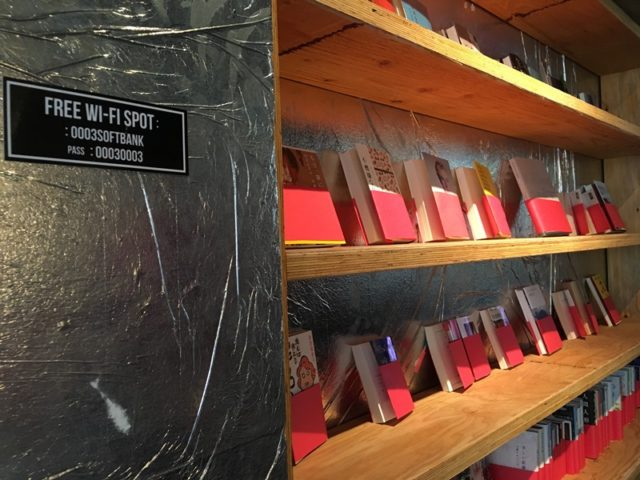 歌舞伎町ブックセンターの本棚、WI-FIの案内