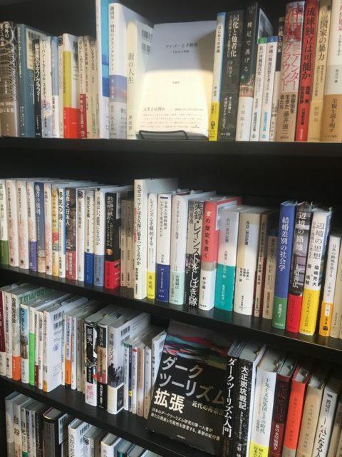 普通の書店に並びにくい専門書も多数おかれています